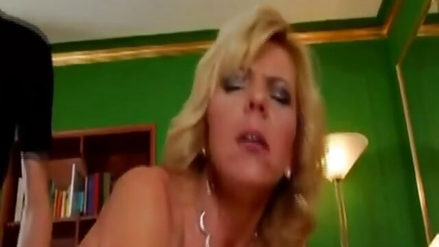 Adulte pas d'inscription  Femme aux gros video x gratuit en streaming seins donne une belle BJ